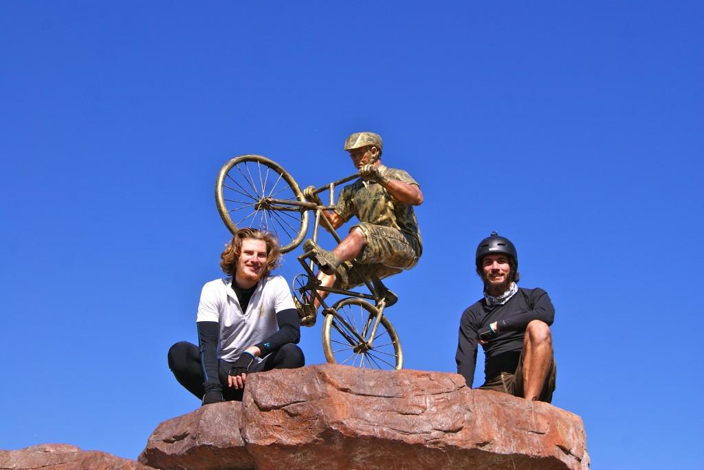 Statues de cyclistes nous poussent à une petite pose-