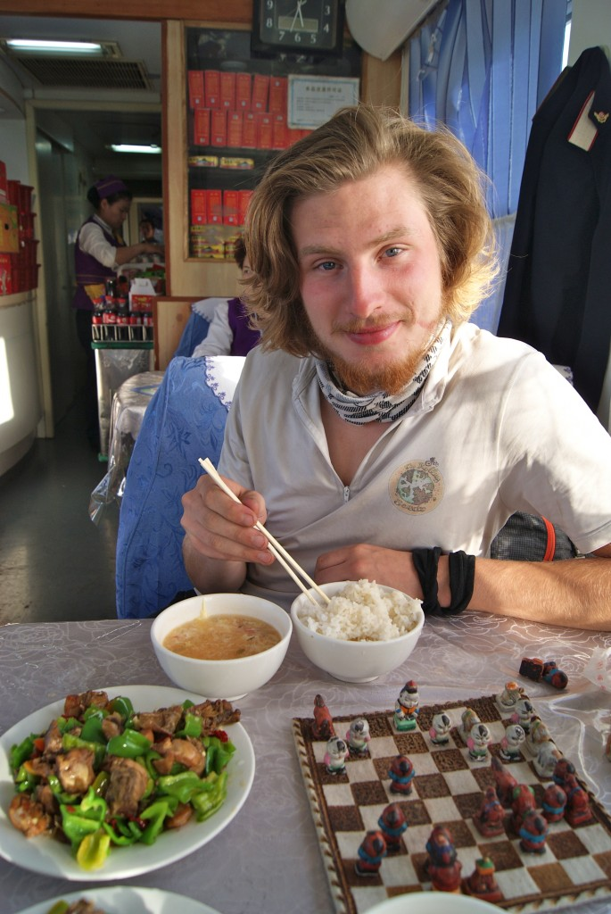 Repas et partie d'échecs dans le train qui nous emmène pour Jiayuguan