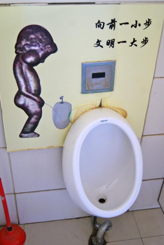 Le Manneken Pis nous surprend dans des toilettes publiques!
