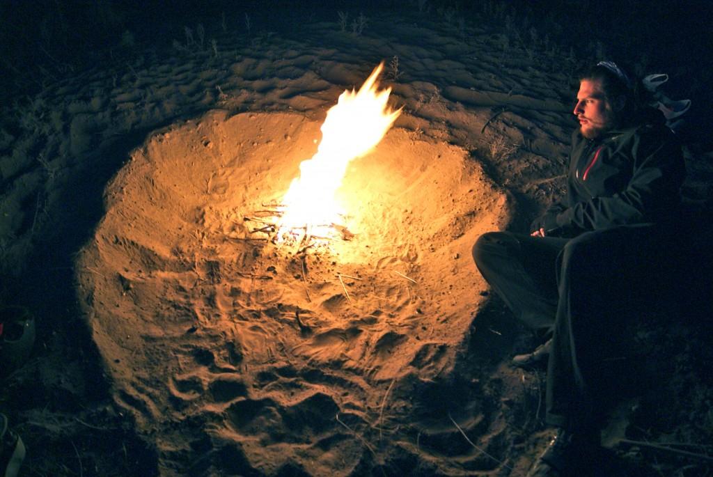 Technique pour se faire un matelas chauffant pour la nuit, on fait un gros feu et l'on recouvre ensuite les braises de sable