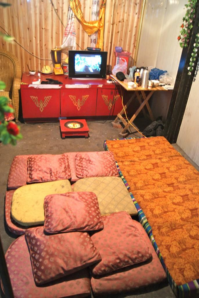 Notre refuge le temps d'une nuit glaciale, accueillis par un jeune guide Tibétain