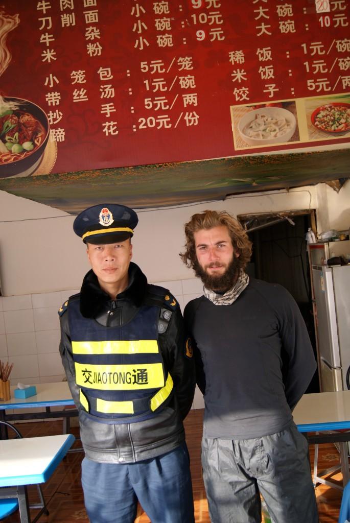 Un policier insiste pour prendre une photo avec nous et nous en faisons de même!