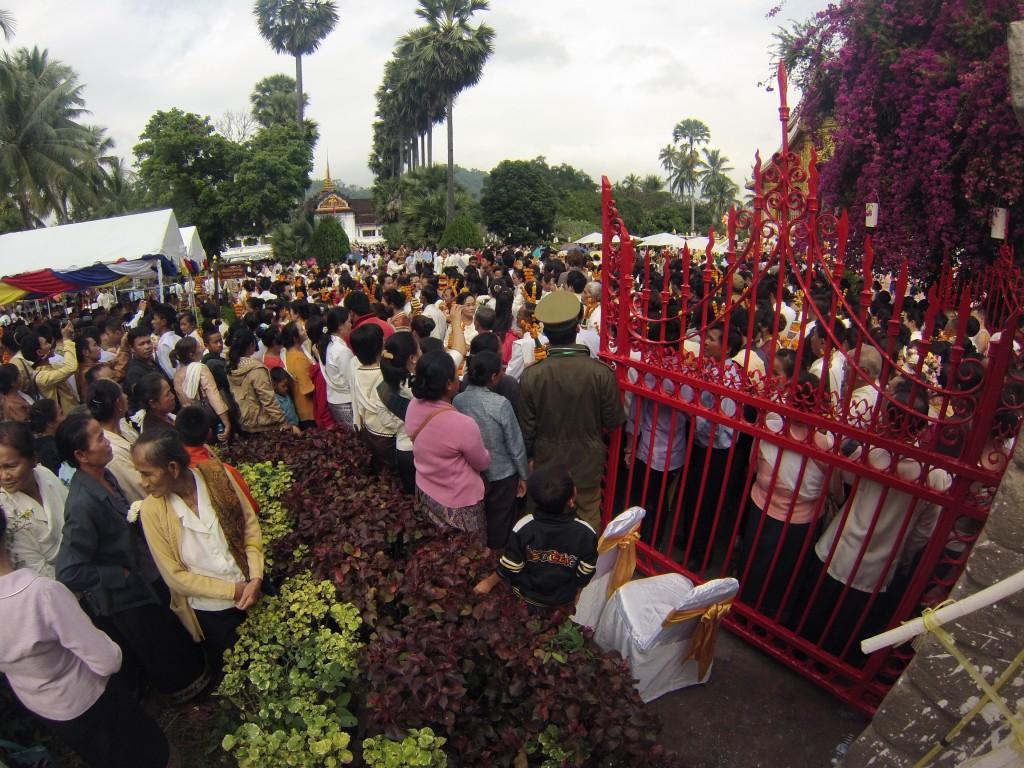La foule accueille le retour du Phra Bang !