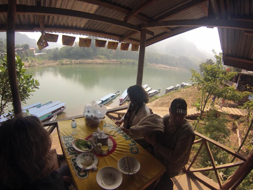 Déjeuner au bord de la rivière Nam Kahn