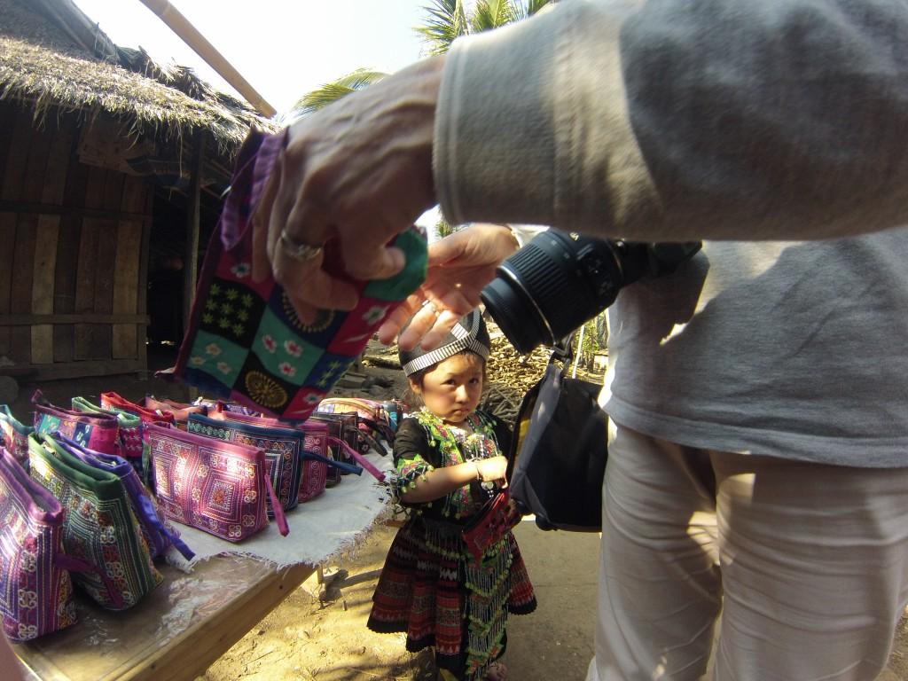 Jeunes mhong sur un marché artisanale non loin de Luang Prabang