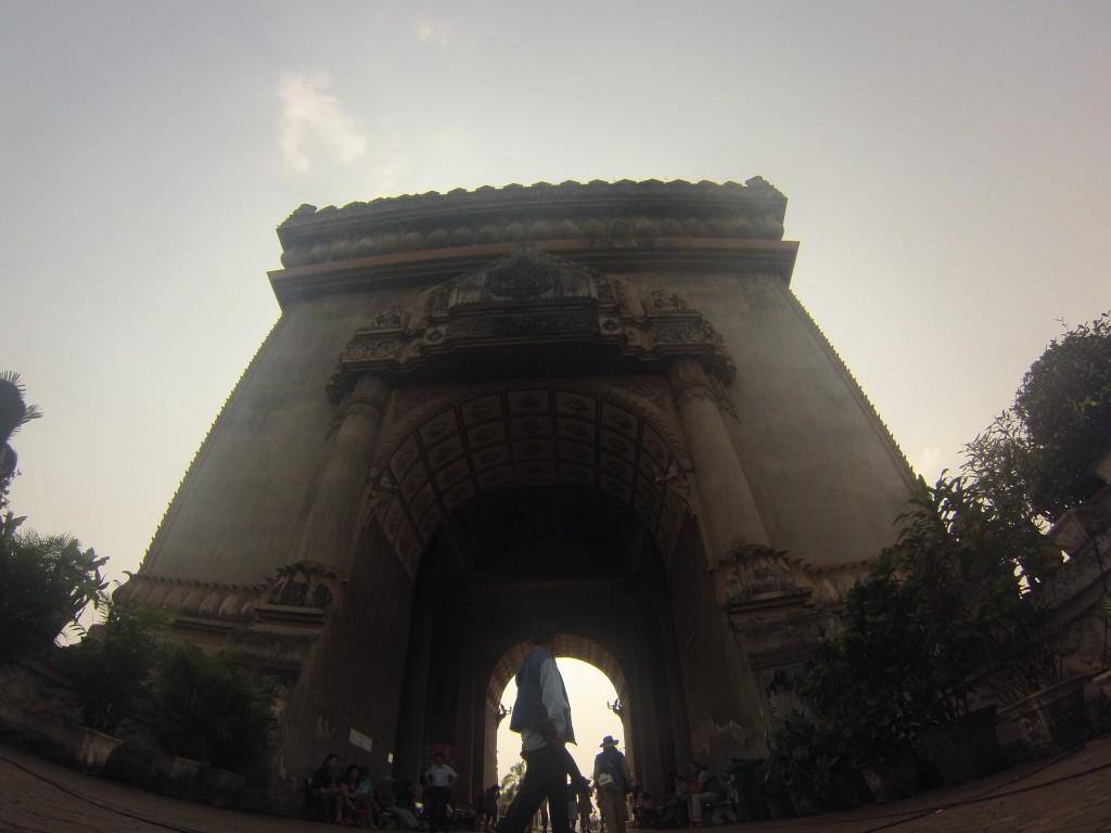 Monument à la mémoire des victimes de la guerre au Laos, le Patuxai se trouve à l'extrémité de l'avenue Lan Xang, appelée populairement les « Champs-Élysées de Vientiane ».