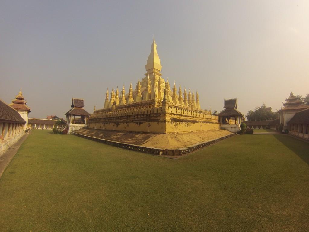 Le Pha That Luang (symbole du Laos),  il est censé contenir un cheveu de Bouddha !