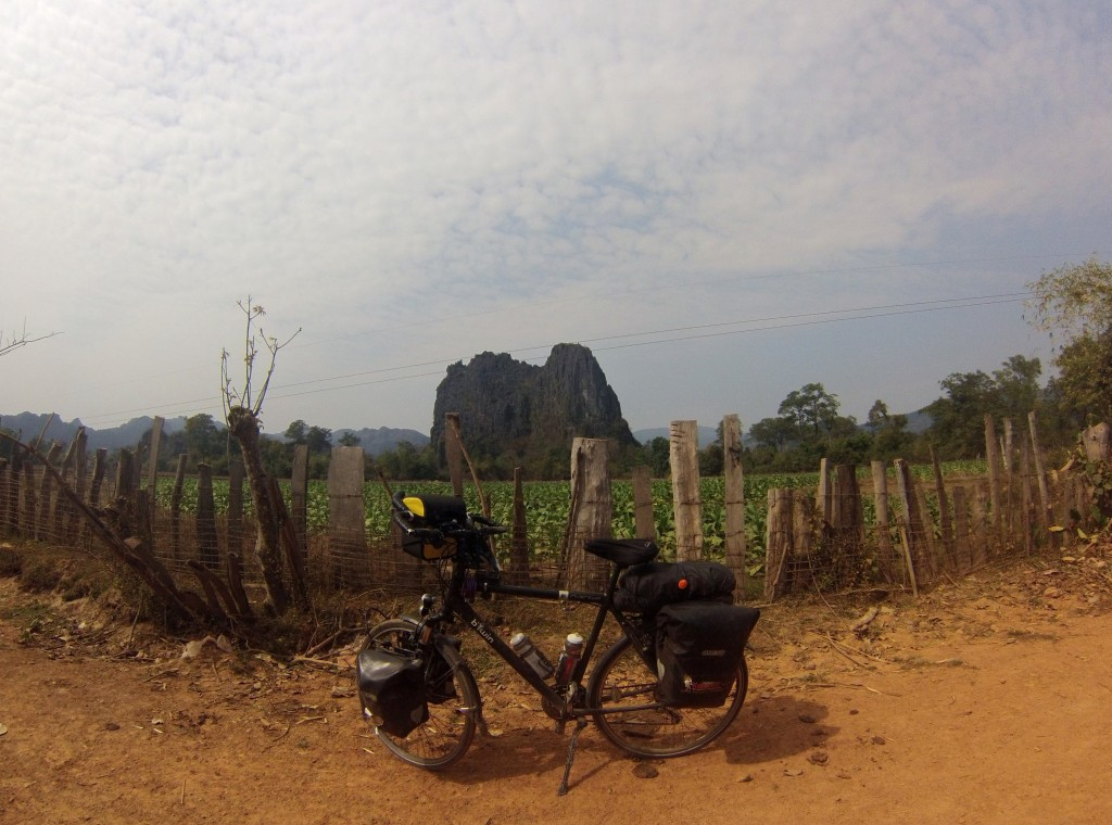 Sur le sentier rejoignant la route de Thakhek (sortie de la grotte de Konglor)