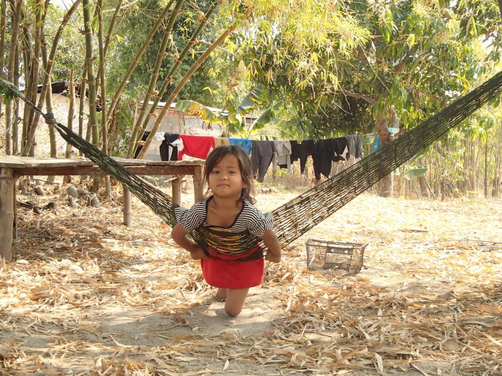 Jeune laotienne se balançant sur un hamac (crédit photos Sandra Gilles)
