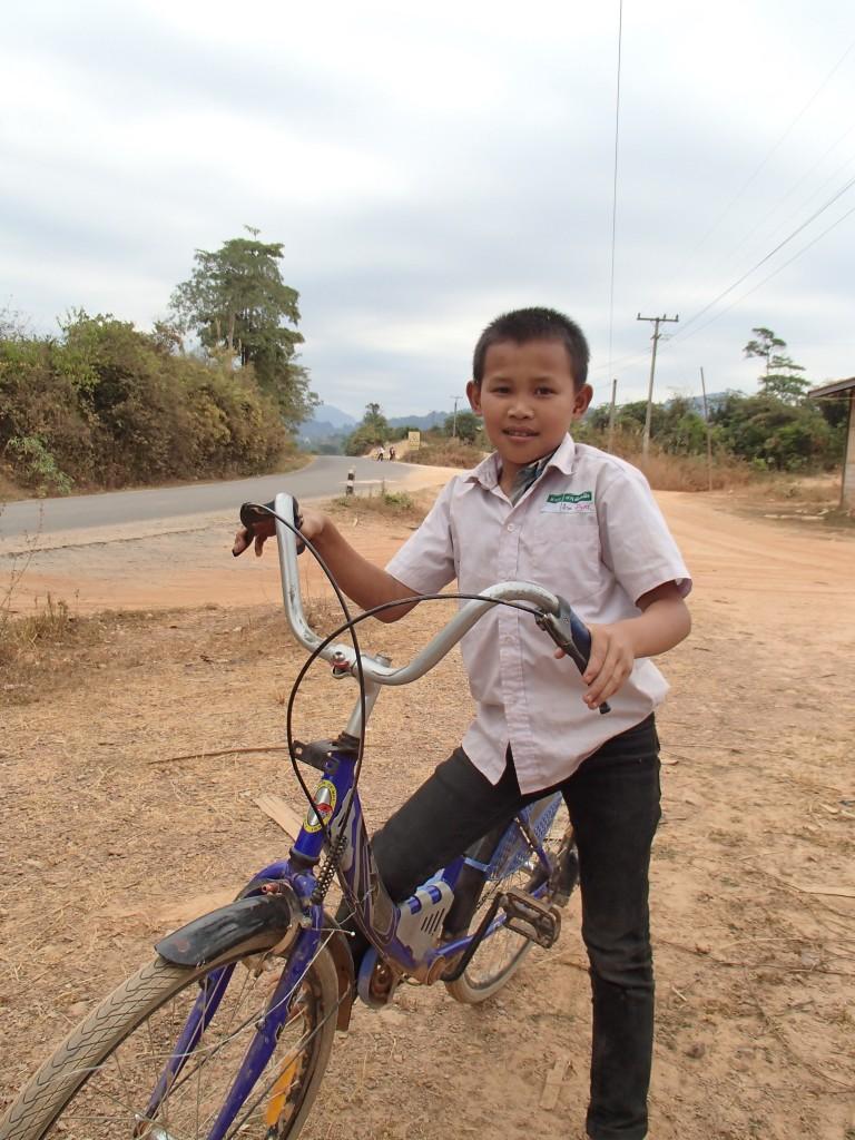 Jeune cycliste laotien (crédit photos Sandra Gilles)