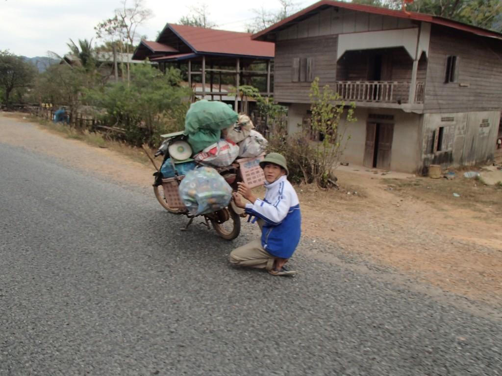 Un laotien bien plus chargé que nous ! (crédit photos Sandra Gilles)